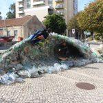 """Peça de arte """"Onda de lixo/peixe"""" em exposição em Sintra"""